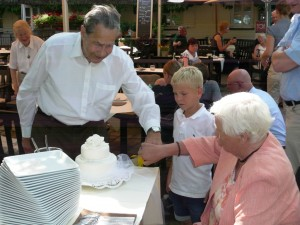 Johannes & Baerbel cut the cake