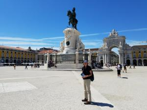 Liza with statue of King José I, Praça do Comércio