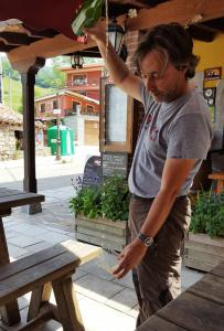 Javier demonstrates how to pour cidra, in Sotres